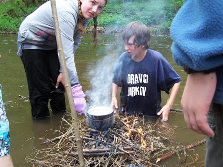 Ukázka vaření vajec na vodě.